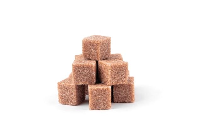 Кубики тростникового сахара на белом фоне