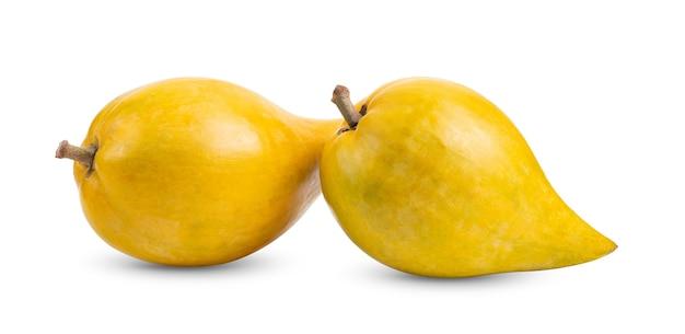 白い背景で隔離のカニステルフルーツ(卵の果実、tiesa、黄色のサポテ、canistelsapote、chesa、pouteria lucuma)