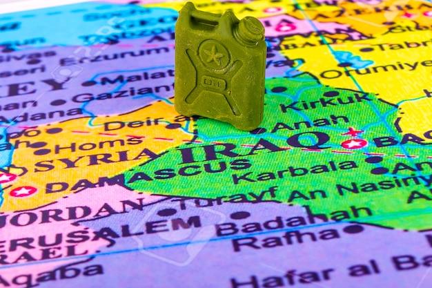 イラクとシリアの地図上のガソリン付きキャニスター。