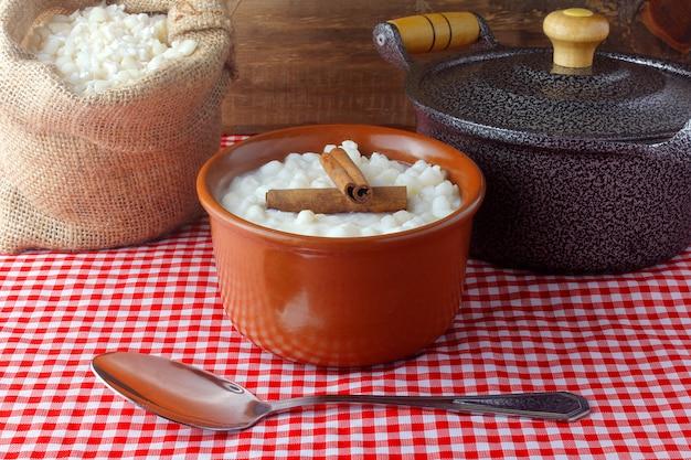 Белая кукуруза, приготовленная с молоком, известным как canjica, canjicã £ o или mungunza, типичное блюдо бразильской гастрономии