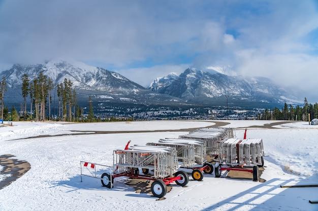겨울 맑은 날 아침에 캔모어 노르딕 센터 주립 공원. 캐나다 앨버타 주 캔모어.