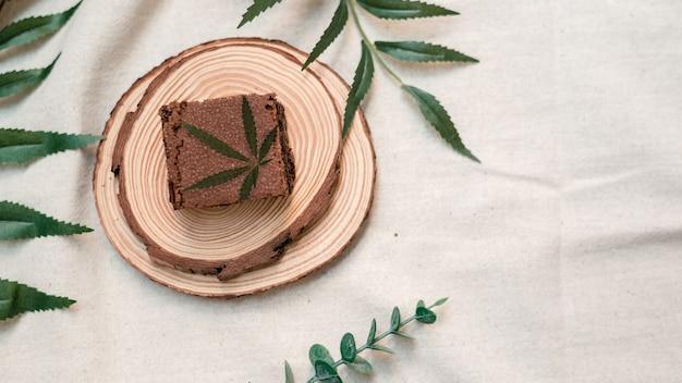 木の板に大麻ブラウニー