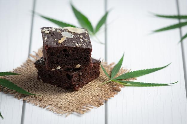 大麻ブラウニーと大麻の葉を生地に貼る