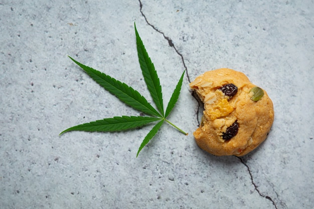 대마초 쿠키와 대마초 잎 바닥에