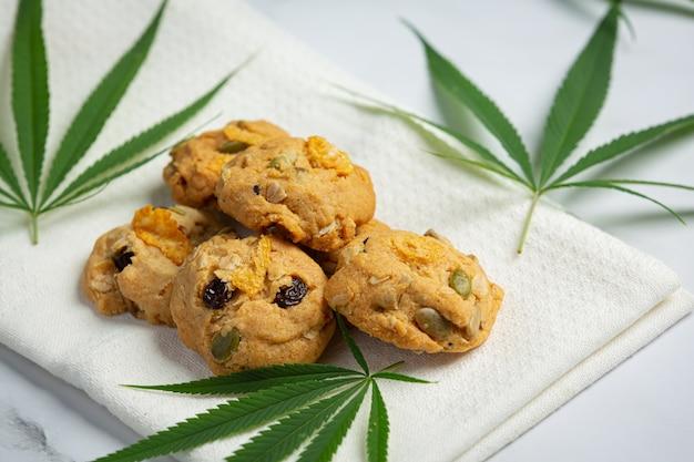大麻クッキーと大麻の葉は白いナプキンに置かれます