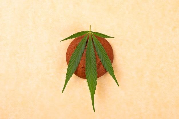 大麻クッキー、緑の葉のマリファナ、お菓子の食べ物。