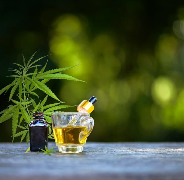 麻の葉が付いた大麻エッセンシャルオイルの容器は、医療目的で使用される天然ハーブです。