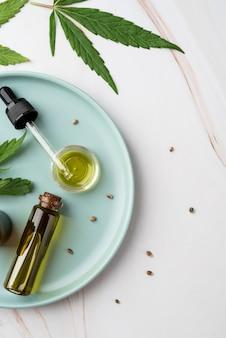 大麻の葉とオイルボトルの配置