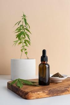 大麻の葉とオイルボトルの組成