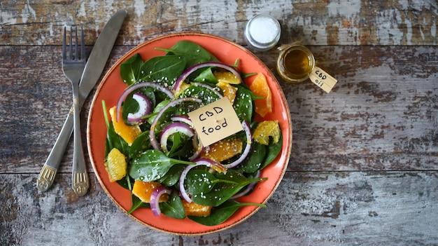 大麻オイルサラダ。ほうれん草とオレンジのヘルシーサラダ。