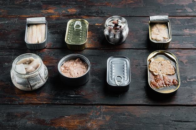 Консервы рыбные, лучшие американские консервы, на старом темном деревянном столе