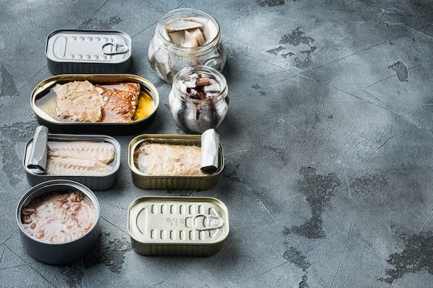 Рыбные консервы с набором морепродуктов разного ассортимента, на сером