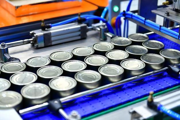 Консервы на конвейерной ленте в концепции системы транспортировки посылок распределительного склада Premium Фотографии
