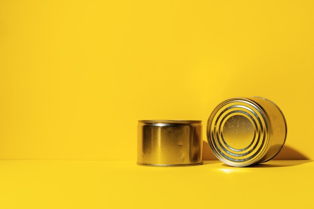 Консервы на желтом фоне студии