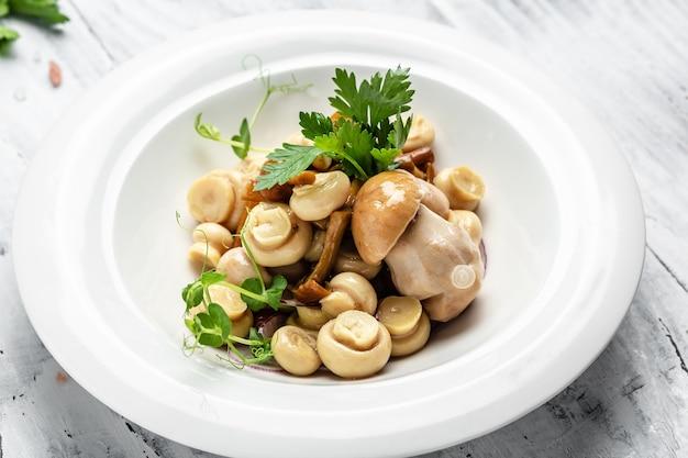 コショウとパセリ、食品レシピの背景とボウルに缶詰のきのこ。閉じる、