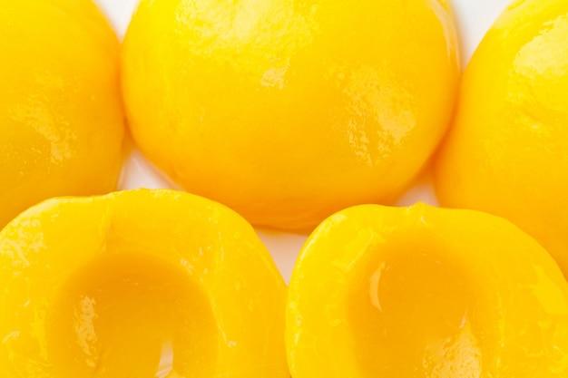 Консервированные персики, вид сверху.