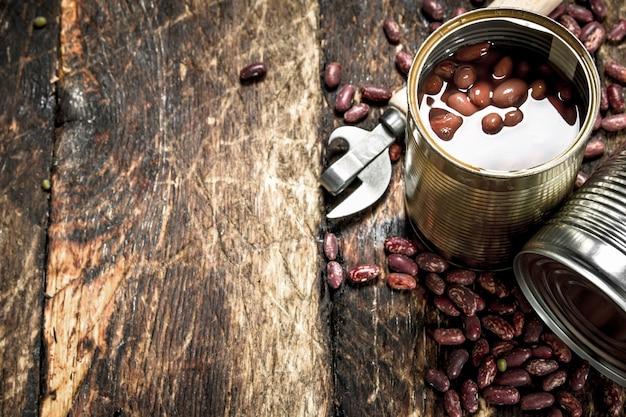 缶詰の小豆の缶詰。木製の背景に。