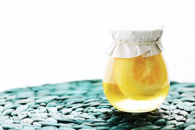 달콤한 시럽 음식과 디저트 컨셉에 설탕에 절인 레몬 조각