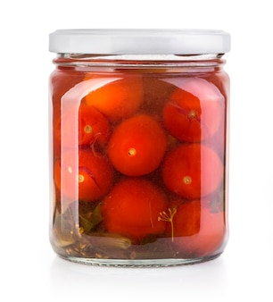 Консервированные помидоры в стеклянной банке, изолированные на белом фоне