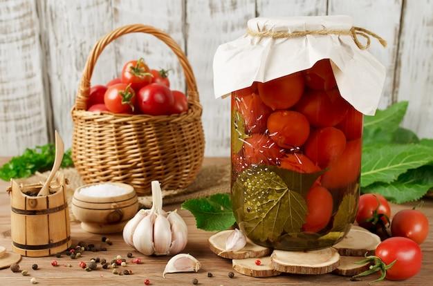 スパイスと缶詰のトマト