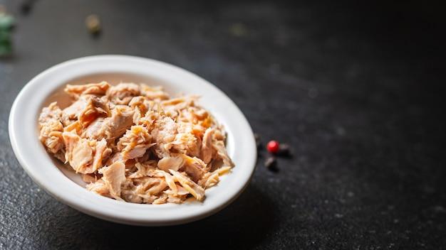 테이블에 있는 통조림 참치 해산물 건강 식품 식사 스낵 복사 공간 음식 배경 소박한