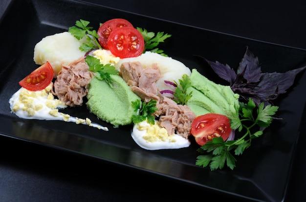Консервированный тунец с гарниром из картофельного пюре с авокадо.
