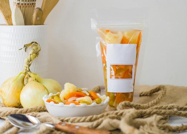 ビネグレットソースの缶詰野菜、空白のラベルとテキスト用のスペース