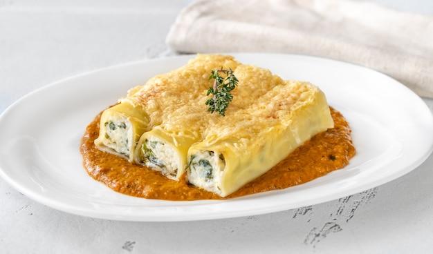 リコッタチーズとほうれん草のカネロニパスタ グリルペッパーソース添え