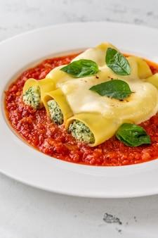 Паста каннеллони с начинкой из рикотты и шпината с томатным соусом
