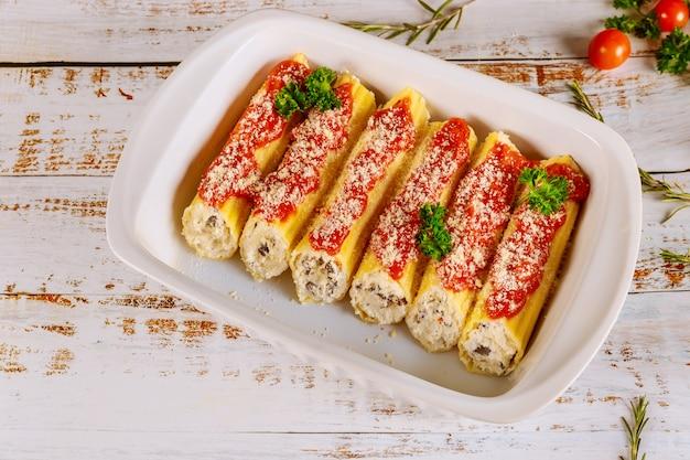 Макароны каннеллони, фаршированные рикоттой, грибами и томатным соусом