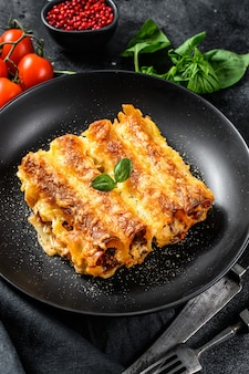 Каннеллони с говядиной и томатным соусом. домашняя итальянская паста