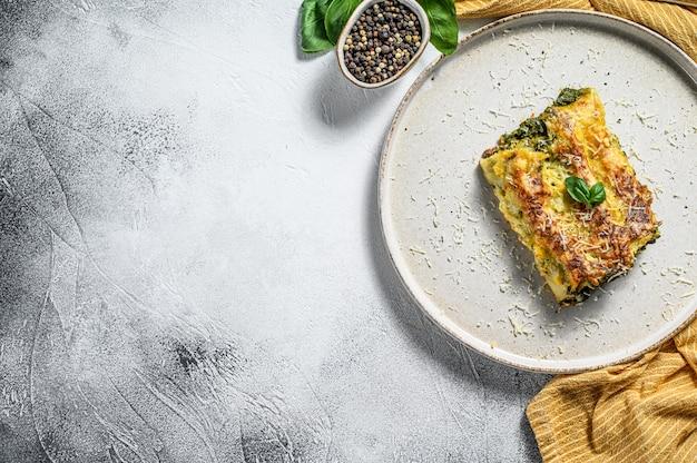 Каннеллони с рикоттой и шпинатом. итальянская кухня. вид сверху. копировать пространство