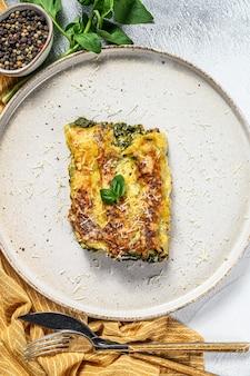 Каннеллони с рикоттой и шпинатом. итальянская кухня