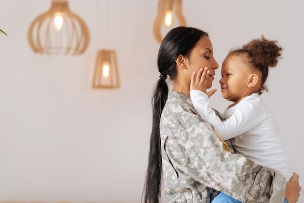 Не могу поверить вам здесь. добрая потрясающая сильная женщина возвращается домой после нескольких месяцев отсутствия, с любовью обнимая свою дочь.