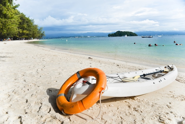 Каноэ на пляже с поплавком Бесплатные Фотографии