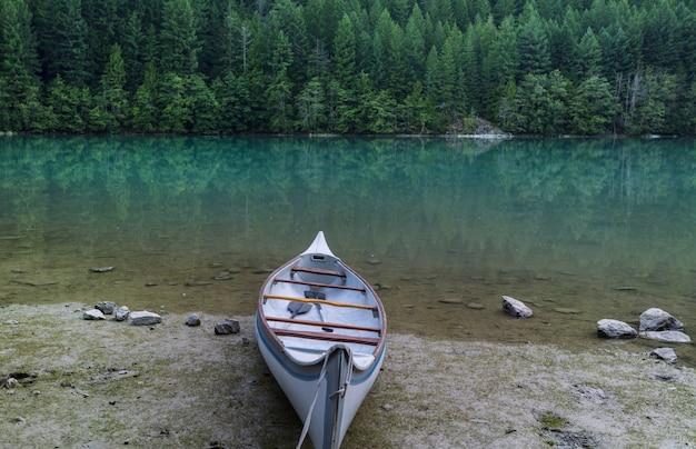 캐나다 록키에있는 호수에서 카누