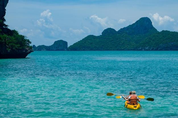 Каноэ в голубом океане концепция туризма и активного отдыха