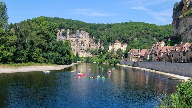 Frances 가장 아름다운 마을 중 하나인 la roque gageac 마을의 도르도뉴 강에서 카누