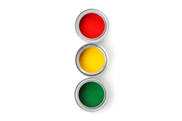 Банки разных красок, изолированные на белой поверхности