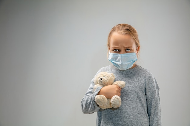 Не могу дышать кавказская маленькая девочка в респираторной маске от