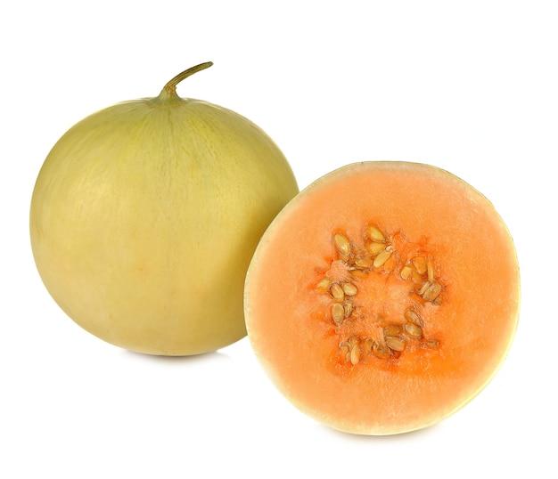 カンタロープメロン、オレンジ色の果肉が白で分離されました。