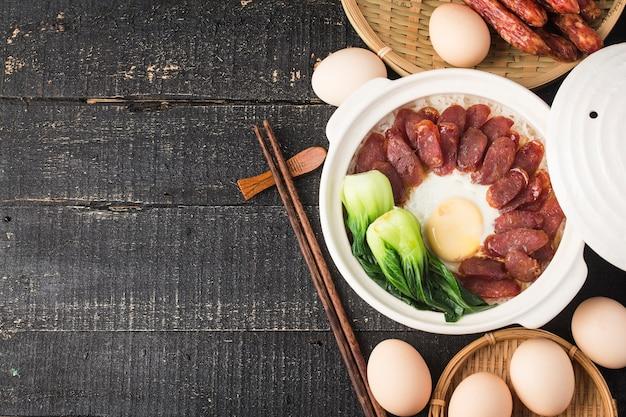 왁싱 고기를 얹은 점토 밥의 광동식 요리