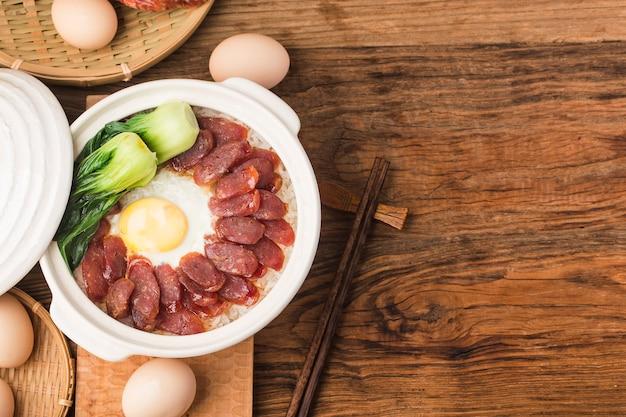 ワックスをかけた肉を使った土鍋飯の広東料理