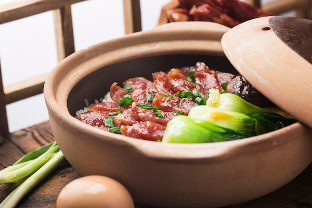 밀랍 고기를 사용한 진흙 냄비 밥의 광동식 요리
