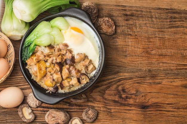鶏肉ときのこを添えた広東風ご飯 無料写真