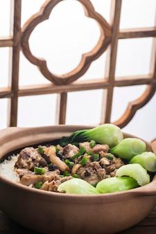 Рис по-кантонски с тушеным рисом с ребрышками