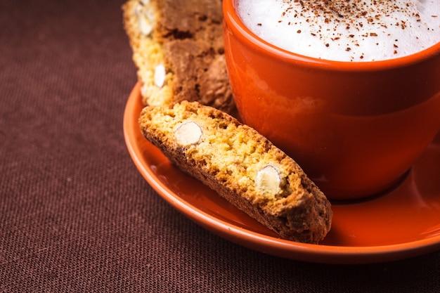 Cantuccini - 카푸치노 컵과 함께 전형적인 아몬드 쿠키