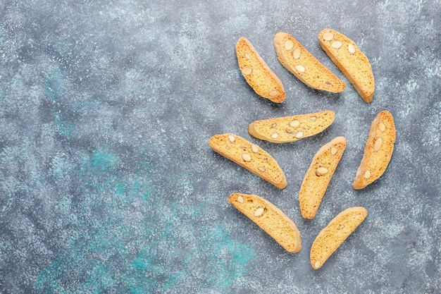 イタリアのトスカーナの伝統的なクッキーcantucciniアーモンドと灰色のコンクリート、トップビュー