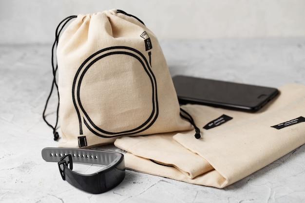 ドローストリング付きキャンバスバッグ、天然コットン生地の布で作られた小さなエコサックのモックアップ