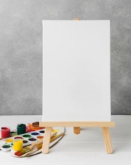 イーゼルとカラーパレット上のキャンバス